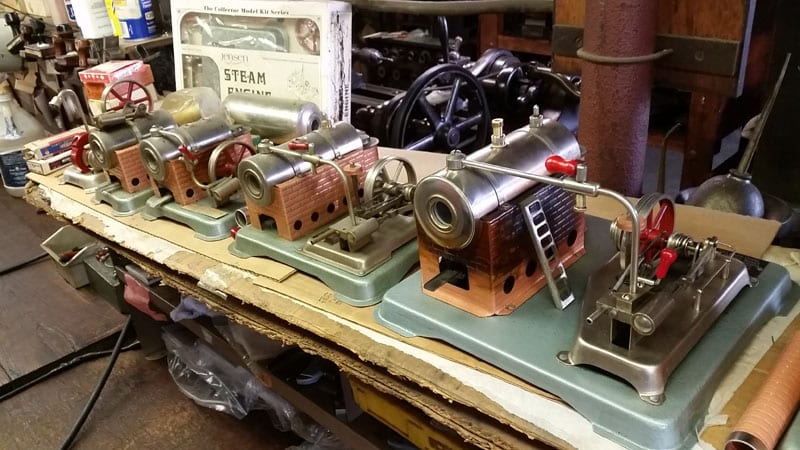 Her nogle demo modeller af nogle af de første maskiner – læg mærke til æsken i baggrunden, man kan få den som færdig maskine og som byg selv… Kom så drengerøve – skal vi starte en ny dille 🙂