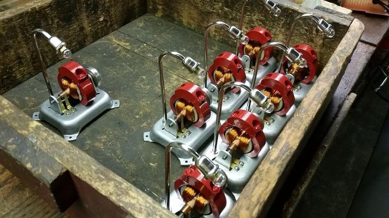 """På nogle kan man tilkoble en lille generator, her nogle små håndlavede """"gadelamper"""" – lækkert… ja det tror jeg da nok lige!"""