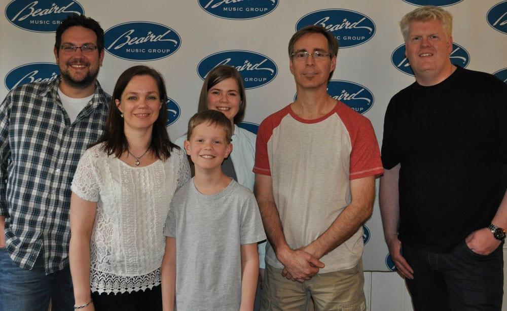 Dagens hold: Studietekniker Rob, Gæste korsangerne Gitte og Natasha, sofavarmer Oliver, Mega prof. vokalist Russell og nå ja…