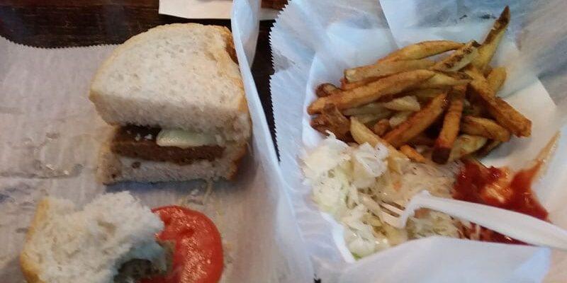 """En Pittsburger i tøsedrengeversion… Coleslaw og Fritter skulle have været inde i burgeren (eller sandwichen)… Dette er """"turist"""" udgaven 🙂 fra Primanti Brothers…"""