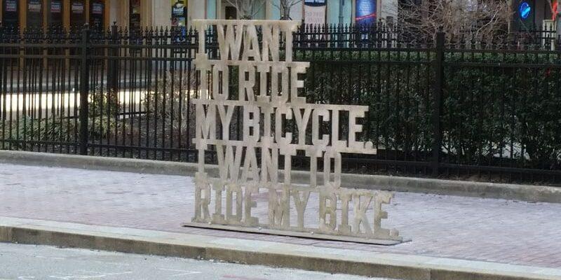 Sidste gang jeg var af sted – så jeg ikke mange cyklister, men der er sket meget… der er lavet cykelstier, man kan leje cykler og sørme om man ikke også bliver poetisk over det…